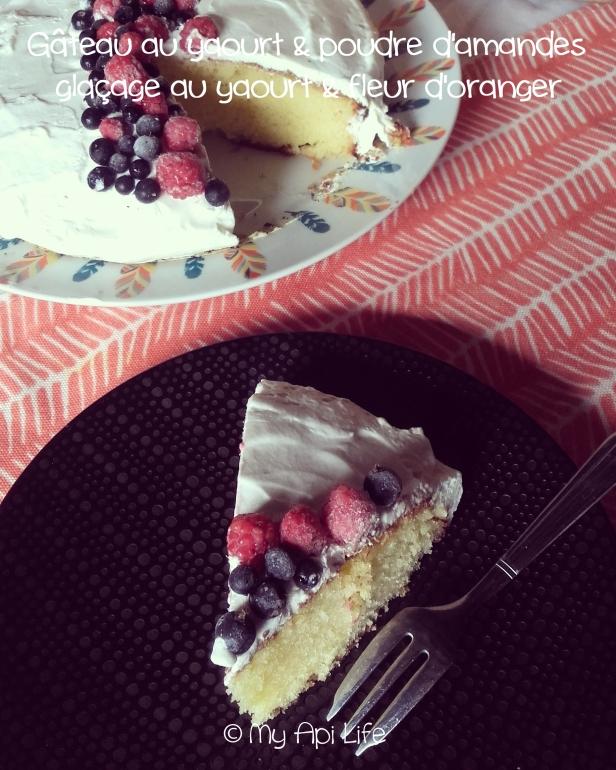 gâteau au yaourt et à la poudre d'amandes, glaçage au yaourt et à la fleur d'oranger