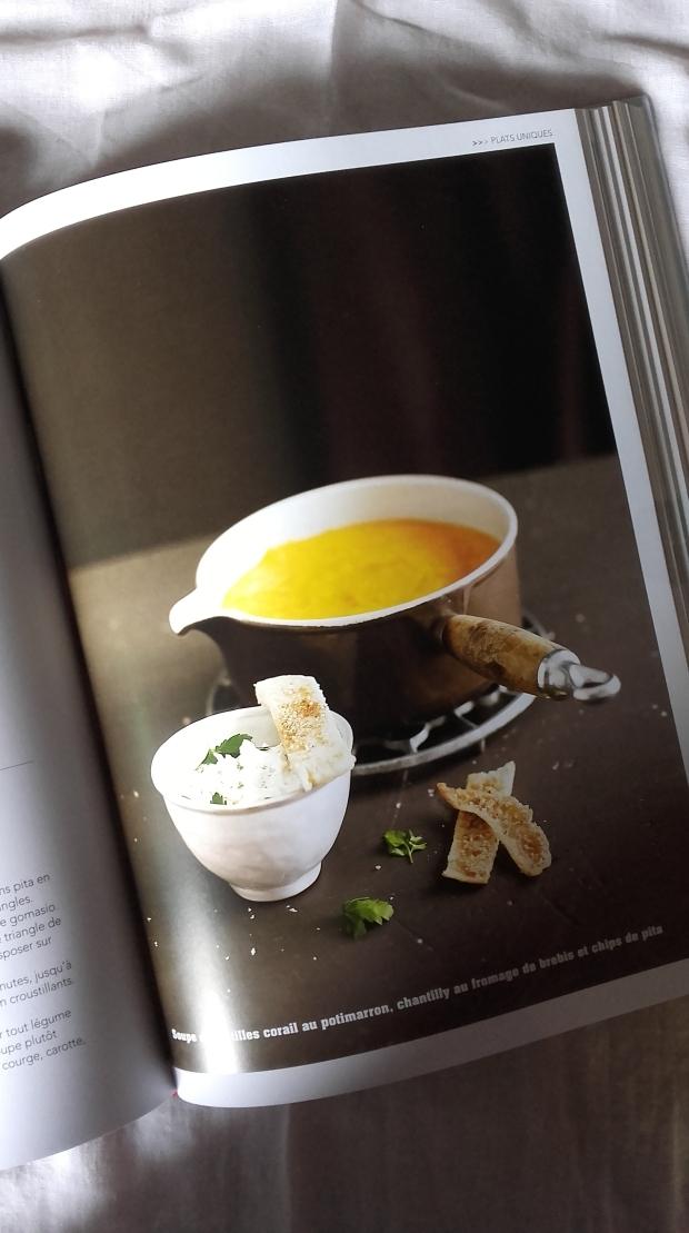 soupe de lentilles corail au potimarron, chantilly au fromage de brebis et chips de pita