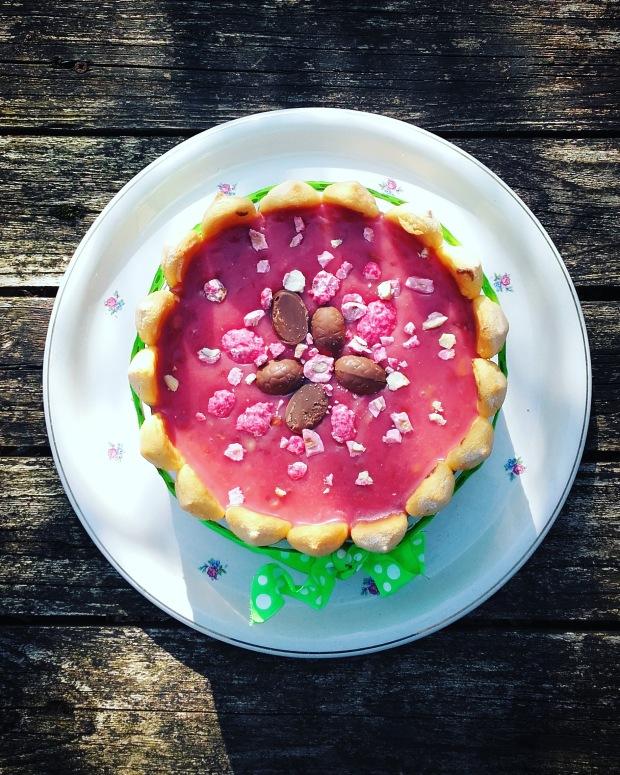 Charlotte de Pâques au chocolat & et aux pralines roses