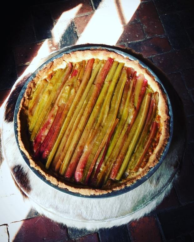 Tarte à la rhubarbe, rose et pistache