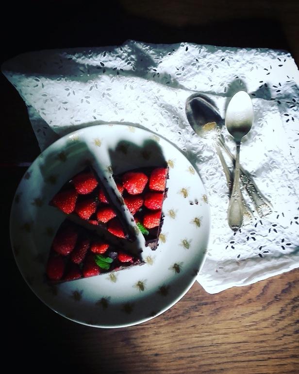 tarte crue tout chocolat & fraises