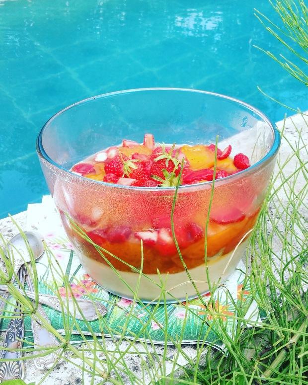 compotée d'abricots au romarin sur panna cotta à la crème de noix de coco