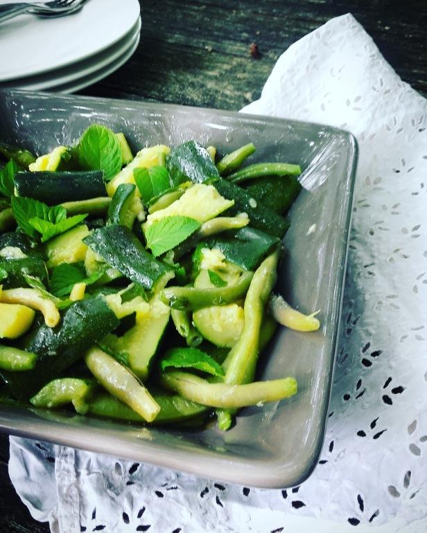 salade de courgettes et haricots verts à l'ail et à la menthe