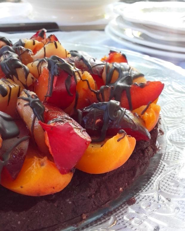 tarte crue au chocolat et fruits d'été (pêches, abricots, prunes rouges)