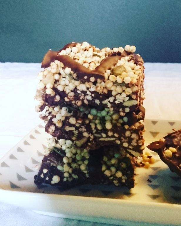 Snack sain: carrés de quinoa soufflé aux fruits secs et au chocolat