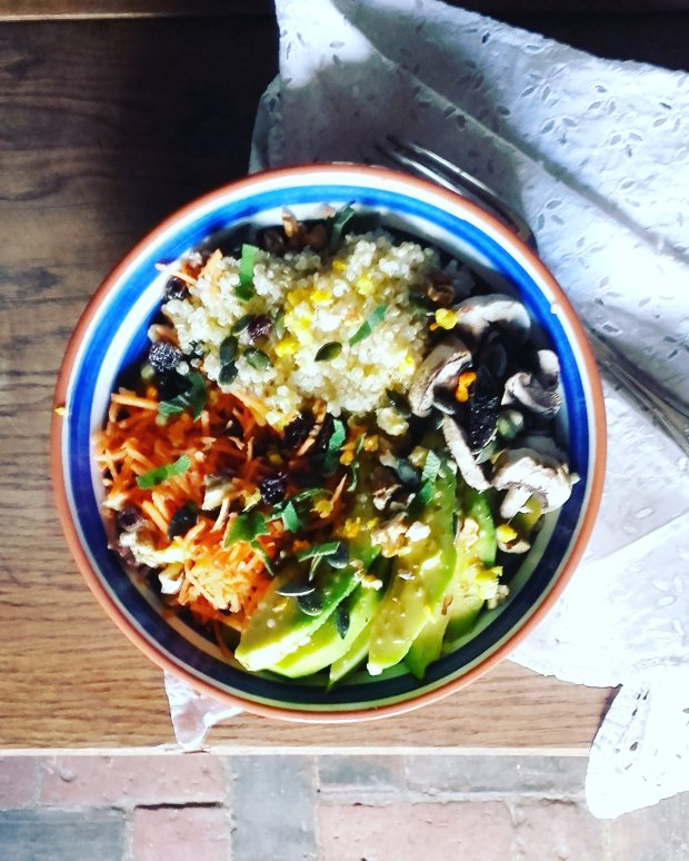 Buddha bowl quinoa et légumes crus