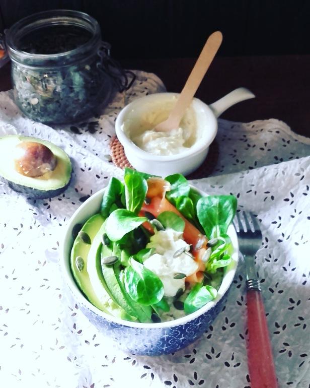 Porridge avocat truite et sauce au tahin