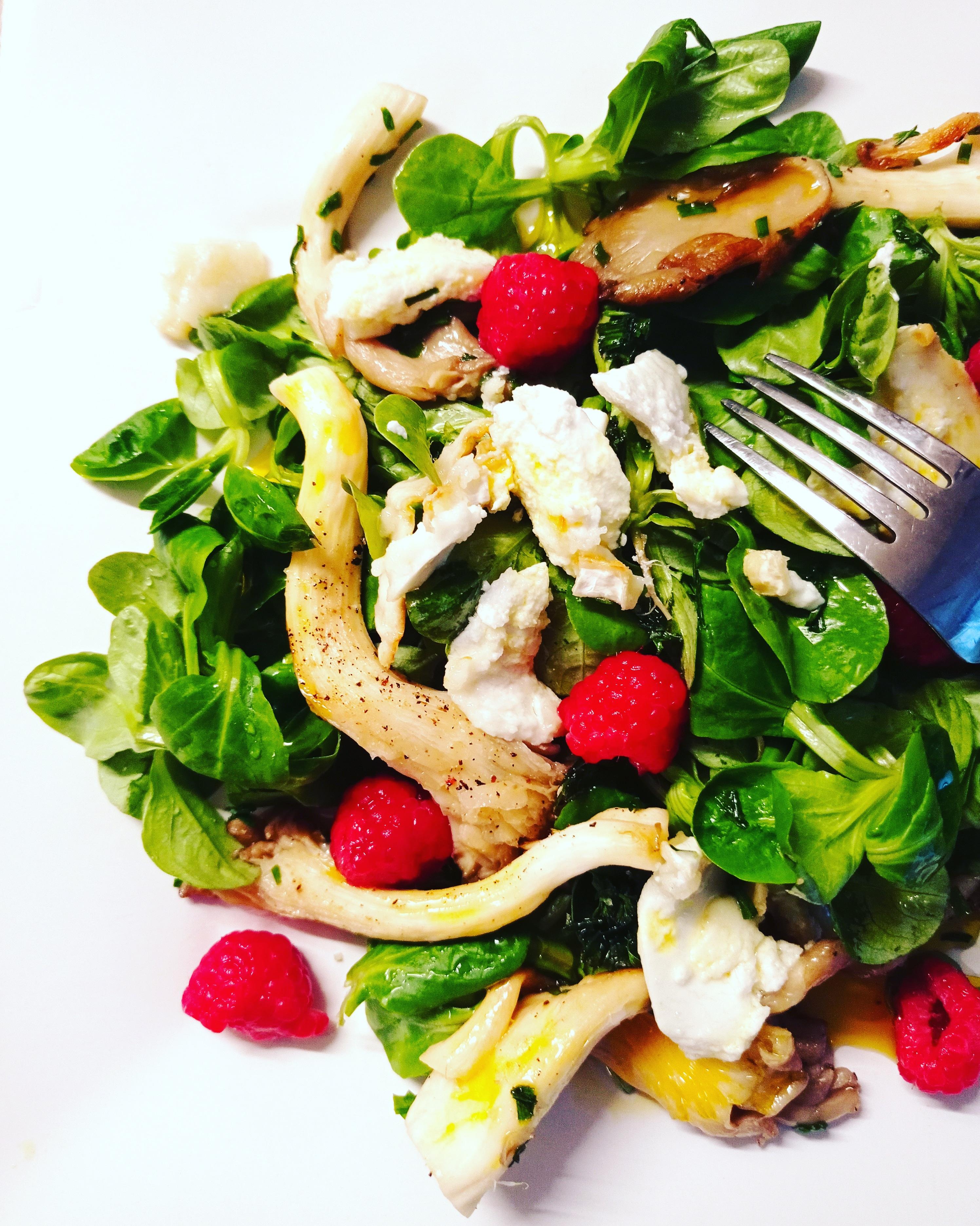 Salade de mâche aux champignons, vinaigrette aux framboises et chèvre chaud